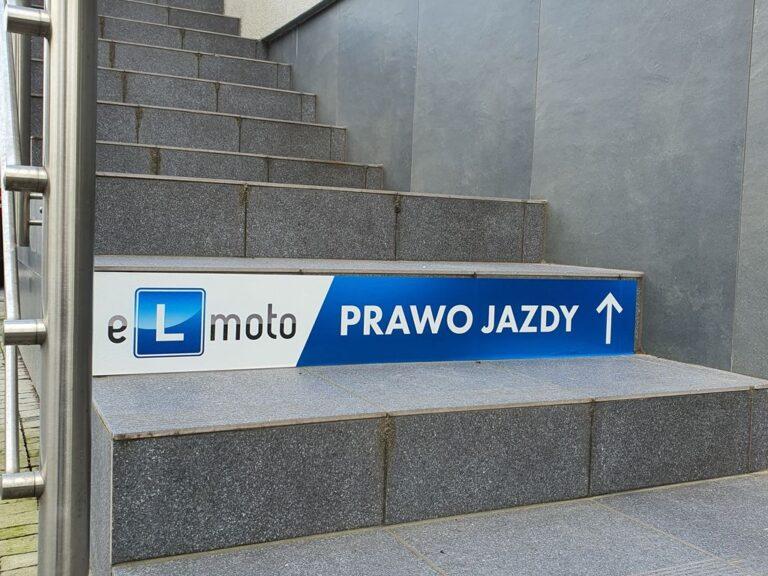 naklejki-z-logo-na-schody
